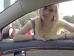 Teen de aficionados en Londres de Smith da la cabeza e clavado en en el coche