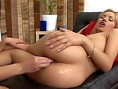 Deze hete Fairhair houdt van brutale anale vuist