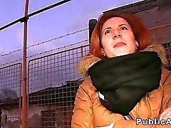 Rossa ceco che sbattevano in auto pubblicamente