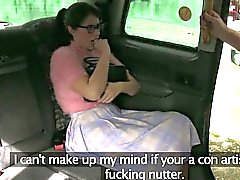 Chocho chick espesa perforados por el conductor del fraude en los asientos traseros