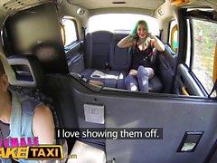 Женщина Поддельный такси дилдо делает лесбиянки татуировками красотка