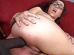 Roxanne Rae analmente pompaggio sul divano di colore rosso