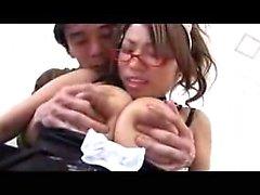 Voluptuous japanische Babe hat einen geilen Jungen, der sie riesig streichelt