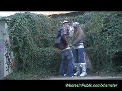 Молодая пара трахает на общественного места