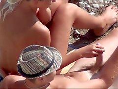 Вуайерист. Девочка дрочит мужик член на общественном пляже