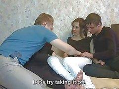 Des jeunes Sex Parties Quatre étudiants jouissent de baise hot