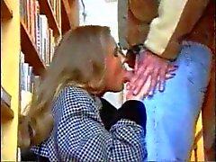 Fille de russe Traducteur dans la bibliothèque
