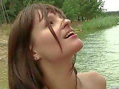 Brunette Ritta chega grandes mamas jizzed ao ar livre