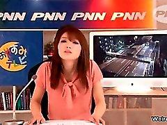 Eccitati la lettura stampa giapponese ragazza si fa