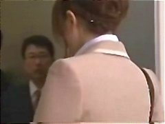 Secretaria asiática se gangbanged al ascensor para un tratamiento facial cremoso