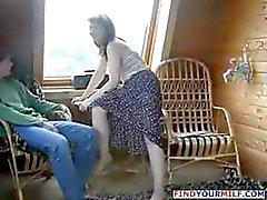 Brunette Russische moeder verleidt vriend zoon en hij haar neukt