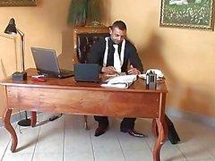 Patronun sekreteriiş yerinde ona baş vermek yapar