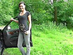 Söta tysk tjej finns bilar av kön i naturen avslutade wih ansikte