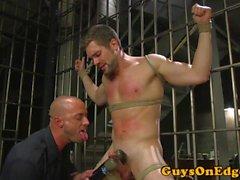 BDSM-subhållare i cell och skakad av cop