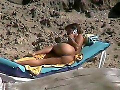 Espía maduro digitación asshole en la playa del