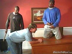 Ett svart läraren samt två svart deltagare dela ett vit guy