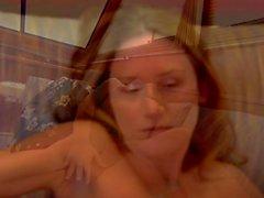 Geile Brunette jugendlich masturbiert in einer Yacht