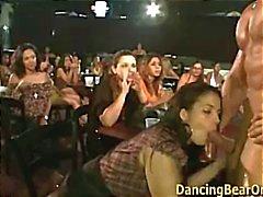 Stripper quente recebe seu galo sugado por uma das senhoras