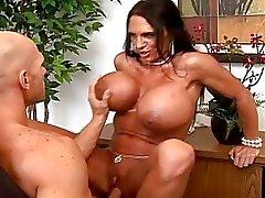 Sexy rondborstige secretaresse fucking hard haar baas