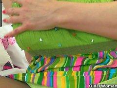 Englanti milf Danielle uppoaa sormensa hänen makea cunny