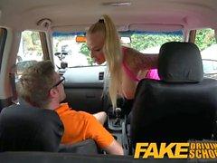 Auto-école Faux bébé Gros seins baise son instructeur de passer son test