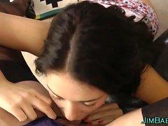 Adolescente británico come el coño de milfs