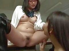 Asiática lésbica schoolgirl cona molda feitiço em professora