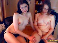 Sexy brunette tgirl couple jouant en ligne