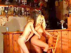 Heißer bargirls im Einsatz ein