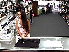 No hay teléfonos robada a la tienda, pero en lugar de un video de espiar coño