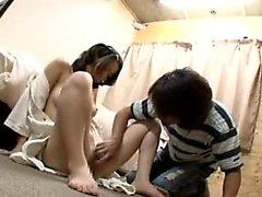 Kaunis japani tyttö on hauska tissit levittää jalkansa jonkin