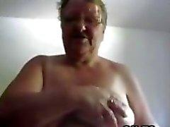 Биг Бабуля мастурбирует с фаллоимитатором