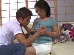 Matura mamma asiatica succhia un cazzo giovane caldo duro