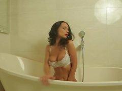 Hot russische Babe Petrova teasing in sexy weißen Dessous