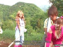 Asian Farm Babes immer in diesem Garten Orgie gefickt