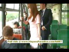 Rio de Asia teen babe conseguir su coño acariciado en el autobús