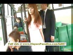 Рио Азиатская подростковой милашки получать ее волосатая киска ласкать в автобус