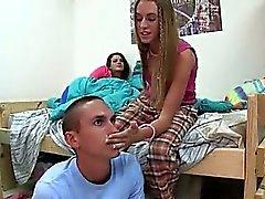 Giovane e studente cazzo le cheerleaders