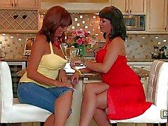 Aux lesbiennes expérimentés Desi de de Foxx et la de Carrie d'Ann