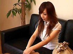 Schöne japanische Babe ändert Kleidung und bekommt sinnlich