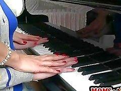 Piano professora Tanya Tate ensina aluno