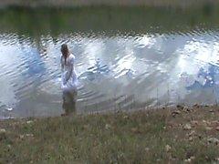 Großes Hochzeitskleid in einem See