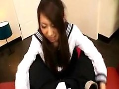 adolescente quente no terno de um marinheiro puxa seu pau para dar-lhe