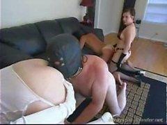 Två Femdom satkäring hemmafruar använda sina slavar