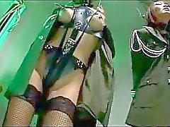 2 asiatiska soldat Girls När för bundet Arms Att komma Pignose Kyssar torterad av 2 killar i fängelset