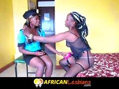 Ebony Lesben aus afrikanischen Spiel dressup