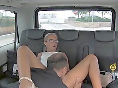 FuckedInTraffic - checo blondie monta o pau duro no carro
