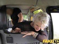 Falsa Taxi blonde milf fica surpresa Sexo anal