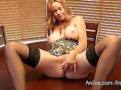 Bigtit cougar Totally Tabitha cums on her vibe
