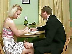 Şehvetli adam kızlar göğüsleri öpüyor